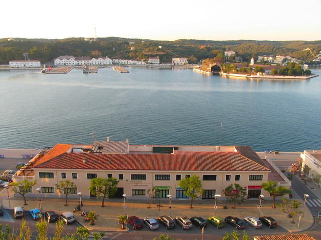Autoridad portuaria de Mahon, sede de la policia de puertos y la gerencia de puerto de Mao, frente a la base naval de Mahon