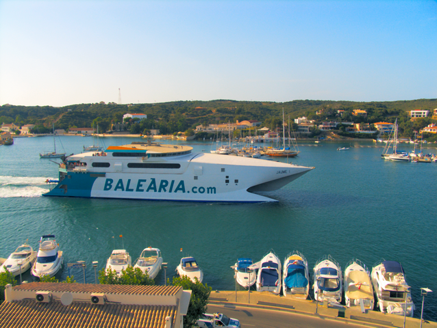 Buque rapido de transporte de pasajeros de la compañia baliaria a la salida del puerto de Mahon con destino a Palma de Mallorca
