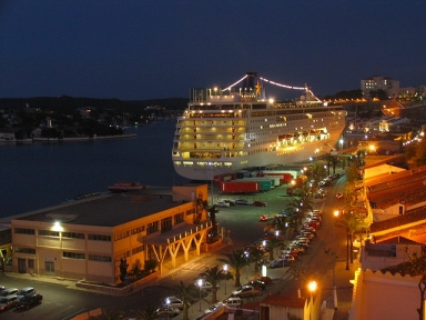Photo Night of the maritime station, station where passengers and passenger ships docked connecting Mahon with the peninsula and the other Balearic Islands